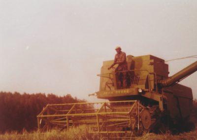 Kronenberg-Jaren-70-Aan-de-Heiweg-Loonbedrijf-Philipsen-met-Gieben-Jo-op-de-combine